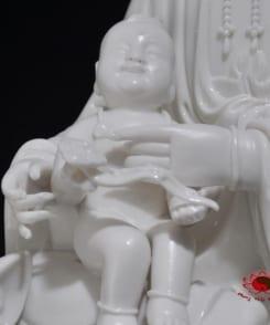 tượng quan âm tống tử ngồi bằng sứ 4
